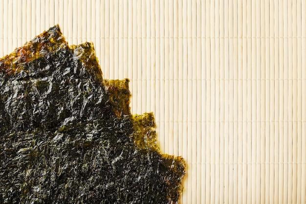 Листья водорослей нори на бамбуковой поверхности
