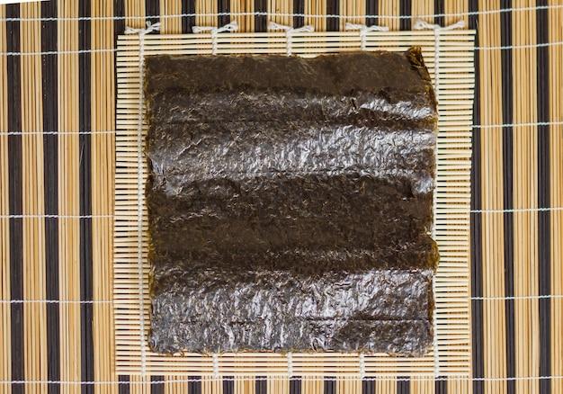 Лист из морских водорослей нори готов к приготовлению суши