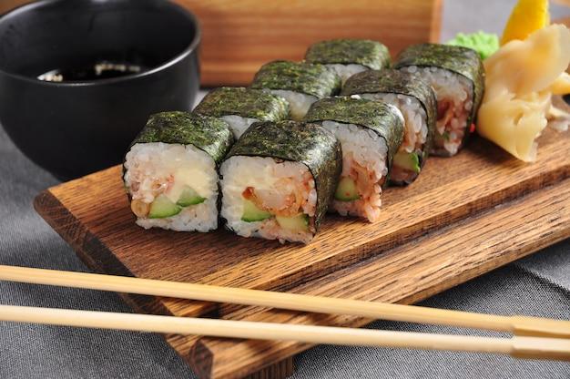 Суши-ролл из морских водорослей нори с креветками темпура и огурцом