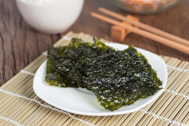 김 시트 말린 해초, 접시에 바삭한 해초.