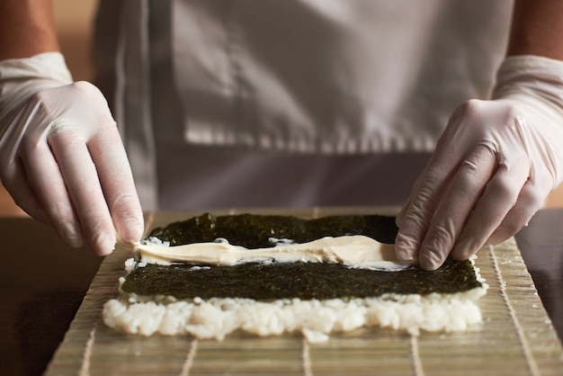 海苔、白ご飯、竹マットのチーズ