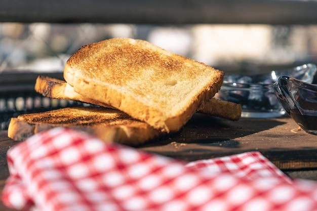 토스트가 있는 테이블, 신선한 아라나다노가 든 냄비의 일반적인 보기. 건강하고 자연적인 음식 개념입니다.