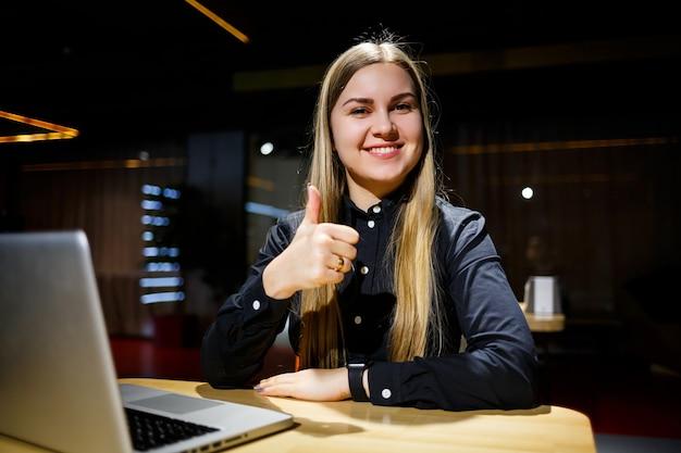 Нормальный рабочий день современной женщины-бизнесмена. красивая молодая женщина, работающая за ноутбуком, сидя на своем рабочем месте