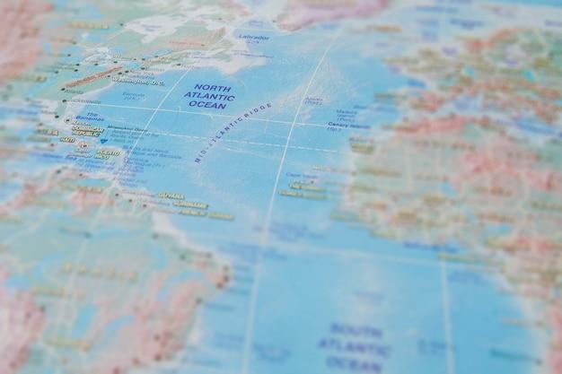 地図上の北大西洋のクローズアップ。オーシャンの名前に注目してください。ケラレ効果 Premium写真