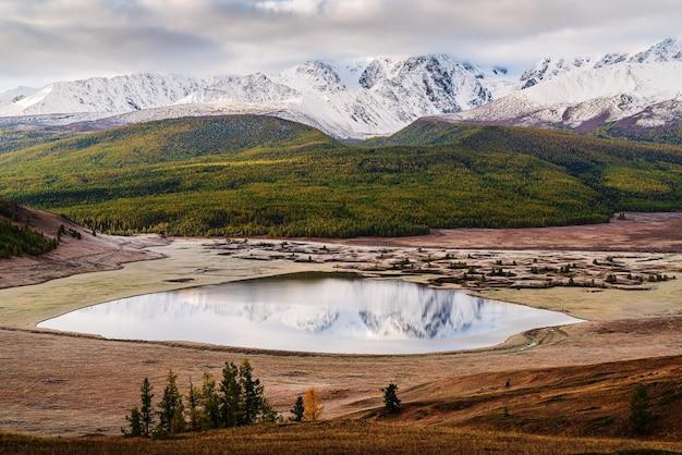 Северный чуйский хребет и озеро джангысколь на рассвете. россия, республика алтай, урочище ештыколь