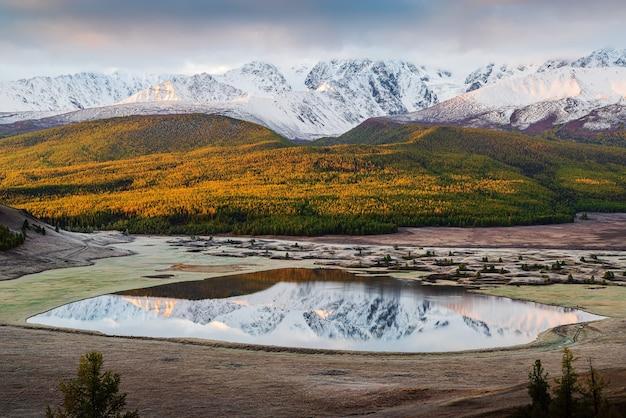 Северный чуйский хребет и озеро джангысколь на рассвете. россия, алтай, урочище ештыколь