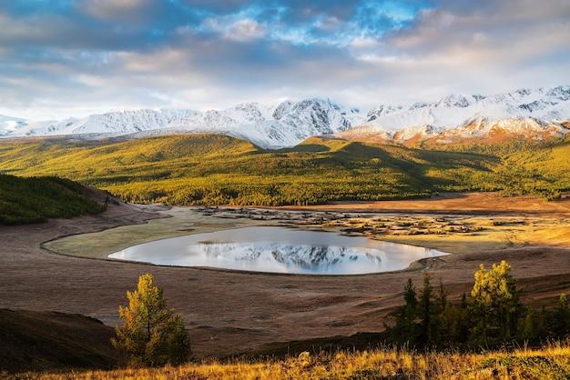 北チュイスキー山脈と日の出のdzhangyskol湖。ロシア、アルタイ、エシュティコル管
