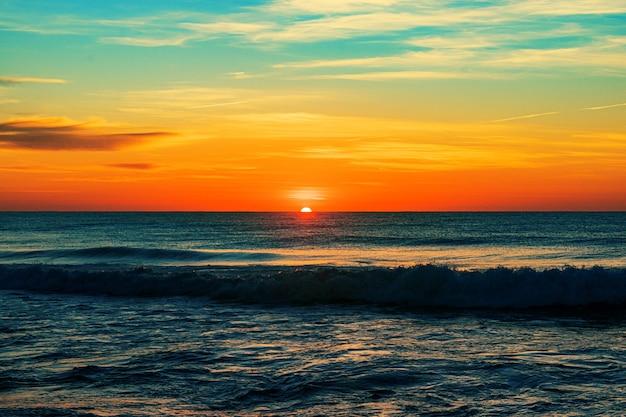 日の出のノースエントランスビーチ-背景に最適