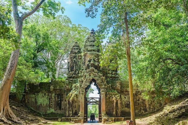 Северные ворота комплекса ангкор-том вблизи сием-рипа камбоджа юго-восточная азия