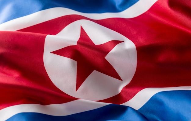 北朝鮮の旗。風になびくカラフルな北朝鮮の旗。