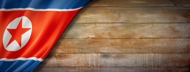빈티지 나무 벽에 북한 플래그입니다. 수평 파노라마.