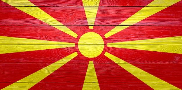 Флаг северной македонии окрашены на фоне старой деревянной доски