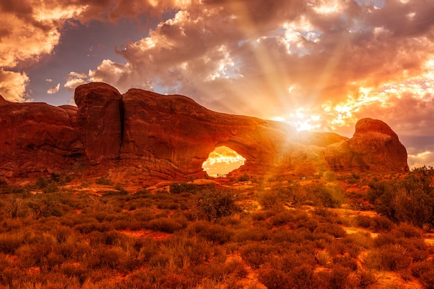 アメリカ合衆国ユタ州アーチーズ国立公園の日の出のノースウィンドウアーチ