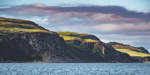 北アイルランドの海岸線。緑に覆われた丘。