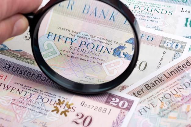 Северные ирландские фунты в увеличительном стекле