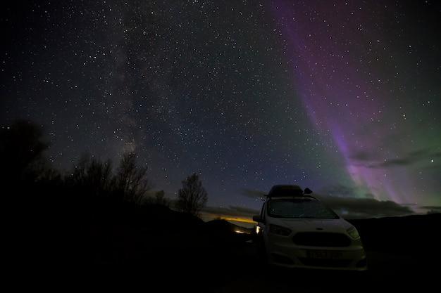 ノルウェーのdovrefjell国立公園のオーロラと天の川