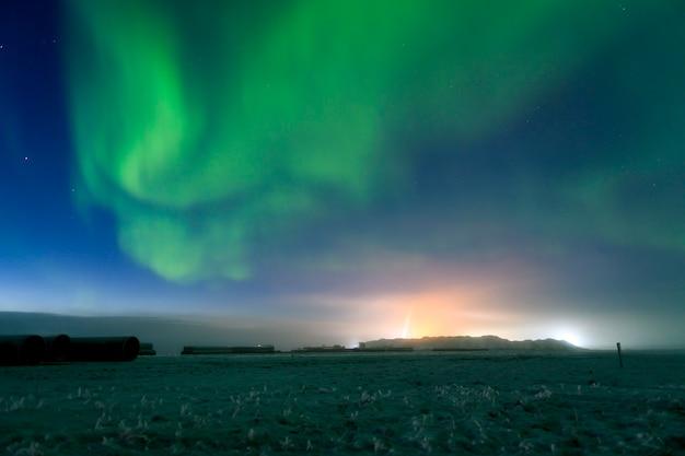 夜空のオーロラ。オーロラ星と空の美しい極光。