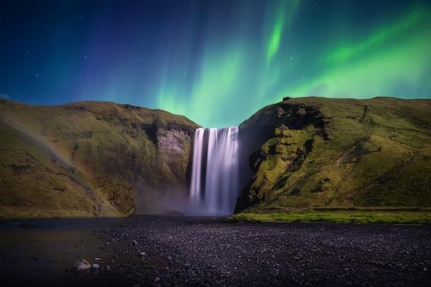 Skogafoss에서 오로라. 아이슬란드의 오로라 보레 알리스.
