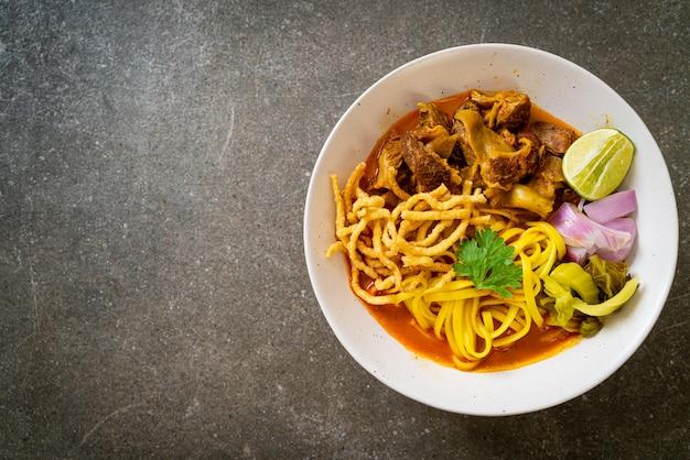 タイ北部のヌードルカレースープ、豚肉の煮込み、タイ料理スタイル