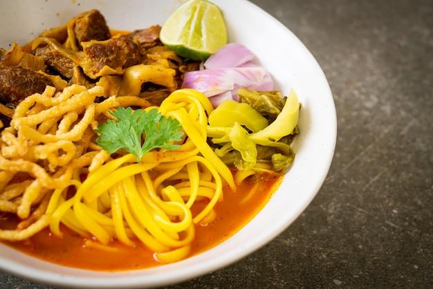 Северный тайский суп с лапшой и карри с тушеной свининой - стиль тайской кухни
