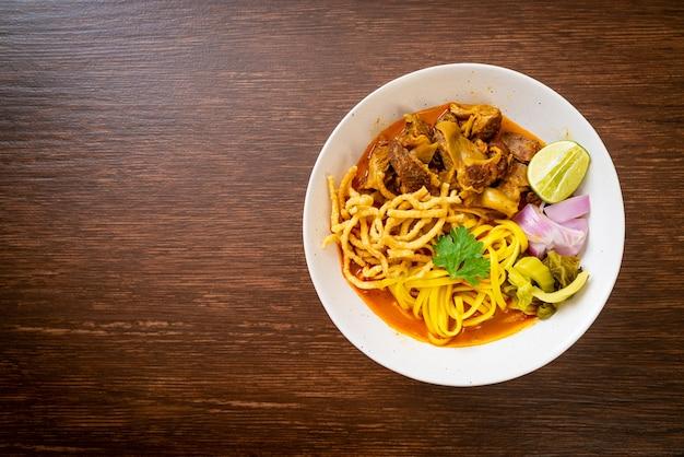 Северный тайский суп-карри с лапшой и тушеной свининой. тайский стиль еды