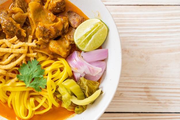 찐 돼지 고기를 곁들인 북부 태국 누들 카레 수프-태국 음식 스타일