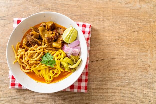 Северный тайский суп-карри с лапшой и тушеной свининой