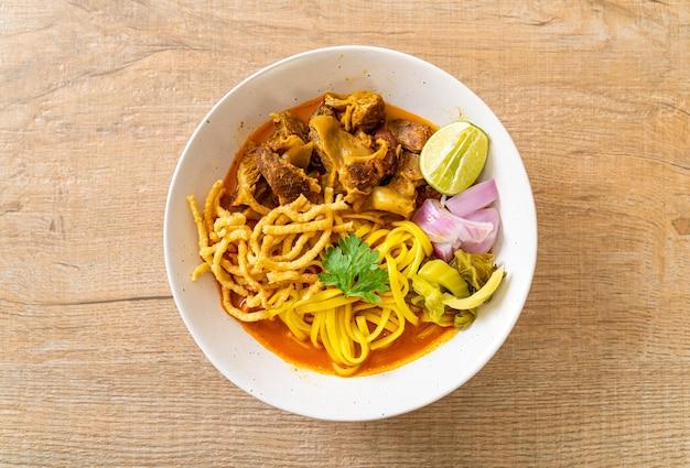 Северный тайский суп с лапшой и карри с тушеной свининой