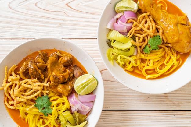 タイ北部のヌードルカレースープ、チキンと豚肉の煮込み