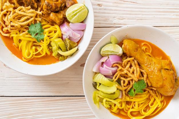 닭고기와 찐 돼지 고기를 곁들인 북부 태국 누들 카레 수프