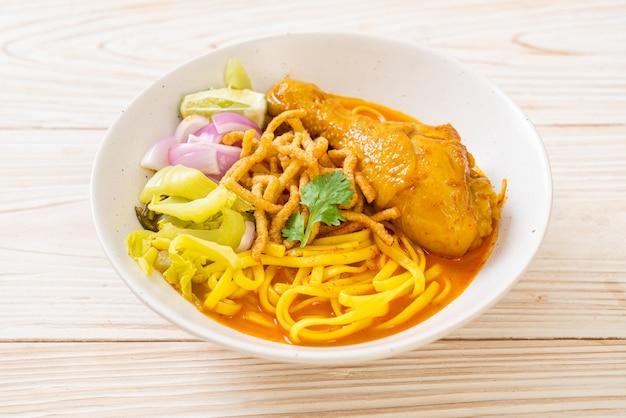 닭고기를 곁들인 북부 태국 누들 카레 수프 (kao soi kai)-태국 음식 스타일