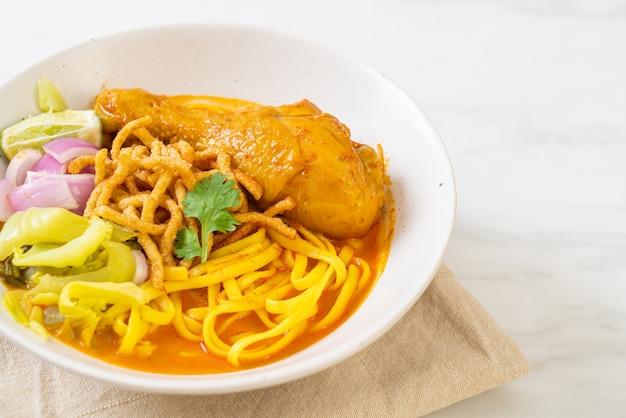 치킨을 곁들인 북부 태국 누들 카레 수프 (kao soi kai)-태국 음식 스타일