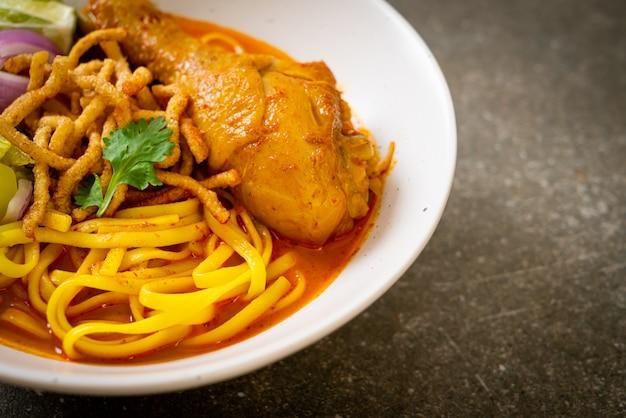 Северный тайский суп-карри с лапшой и курицей (kao soi kai) - стиль тайской кухни