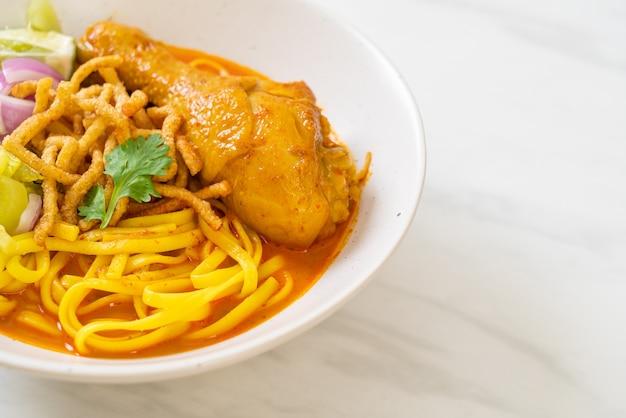 チキンとタイ北部のヌードルカレースープ(カオソイカイ)-タイ料理スタイル