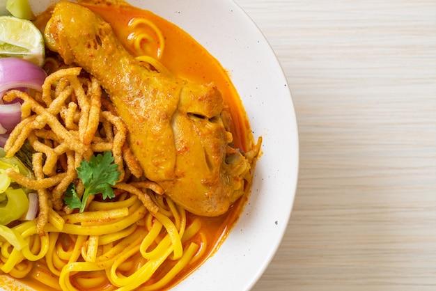 Северный тайский суп-карри с лапшой и курицей (kao soi kai)
