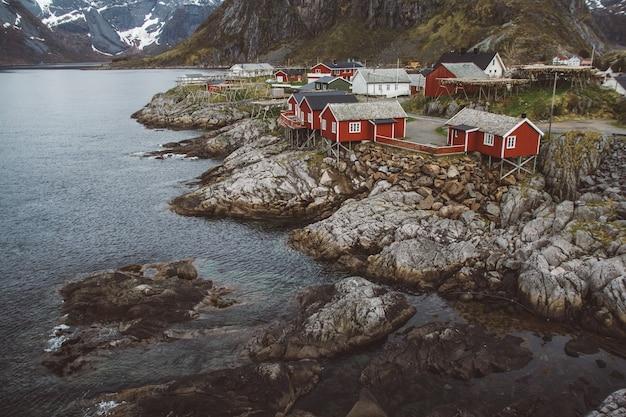 노르웨이 로부 주택과 산 바위 피요르드 풍경 스칸디나비아 여행보기 lofoten