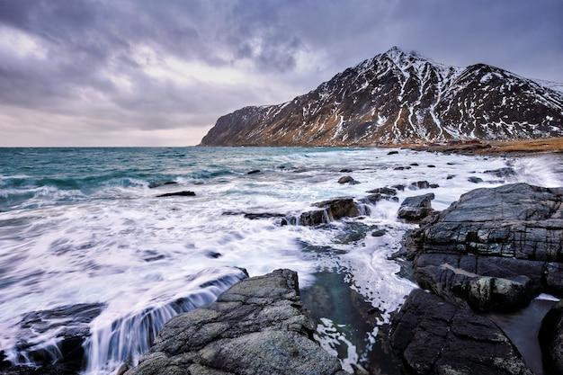 ノルウェーのフィヨルドと冬の山。ロフォーテン諸島、ノルウェー