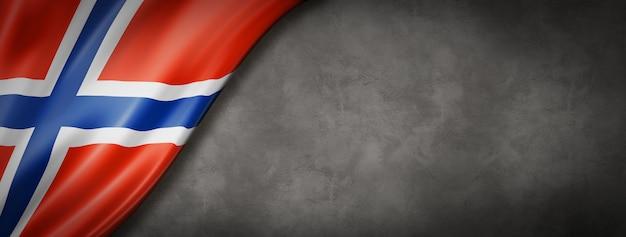 コンクリートの壁にノルウェーの旗