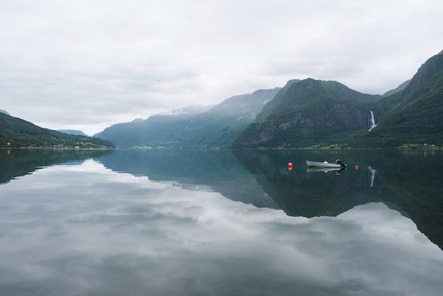 フィヨルドと山脈のあるノルウェーの風景。ラスターフィヨルドフィヨルド。コミューン光沢、ノルウェー。どんよりした天気