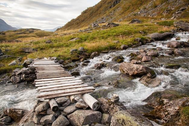 ガイランゲル近くの橋とノルウェーの山の秋の風景