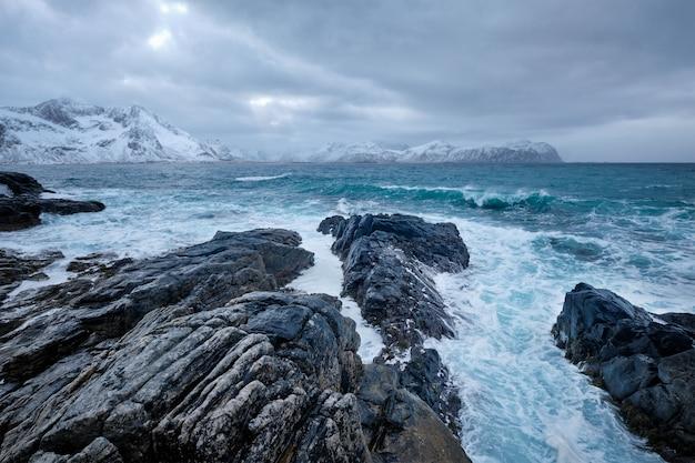 ノルウェーのロフォーテン諸島の岩だらけの海岸にノルウェー海の波
