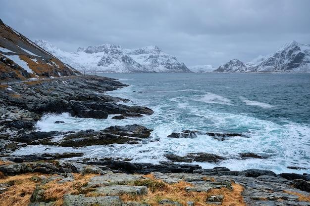 Lofoten 섬 노르웨이의 바위 해안에 노르웨이 바다 파도