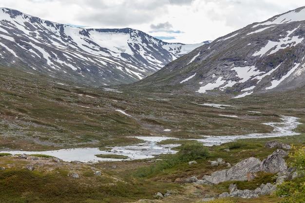 ノルウェーの夏の風景、雪をかぶった山々の美しい景色、夏は冷たい空気がきれい。