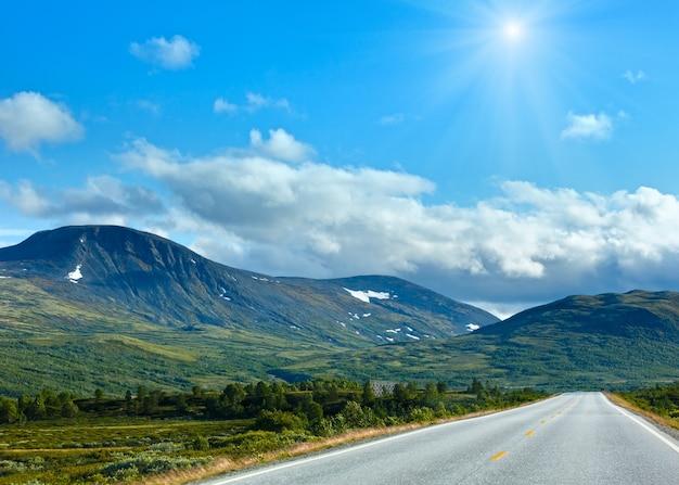 ノルウェーの日当たりの良い夏の二次道路(ノルウェーのドンバスからそう遠くない)