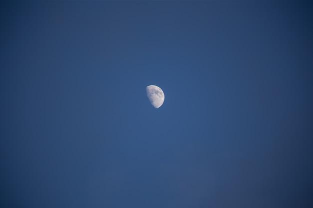 Не полная луна в небе