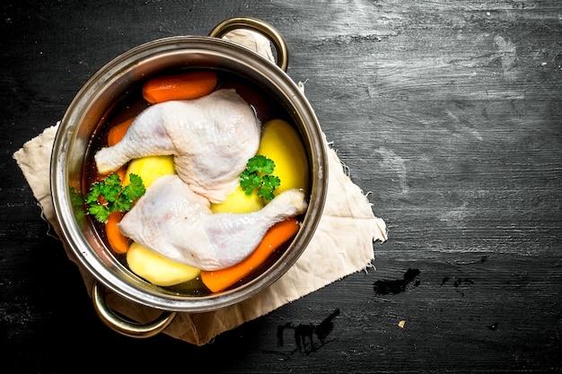 新鮮な野菜とスパイスを使った煮込みチキンスープではありません。