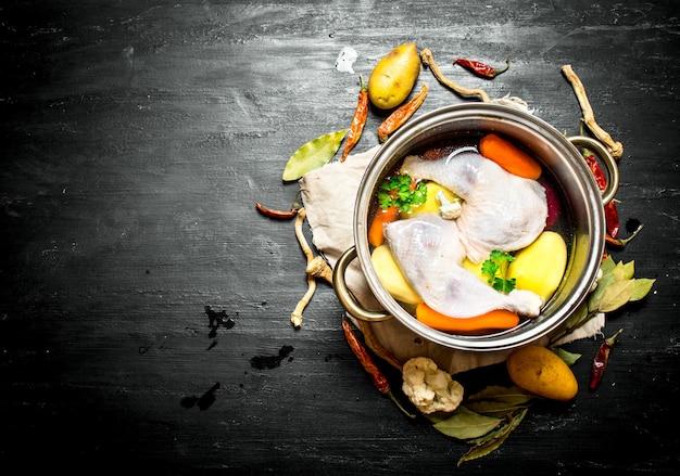 Невареный куриный суп со свежими овощами и специями