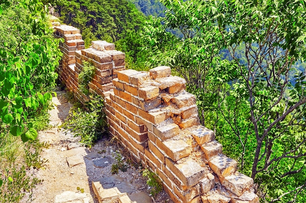 Не реставрация - не восстановленный, подлинный вид разрушенной временем великой китайской стены, участок «митянью». пригород пекина.