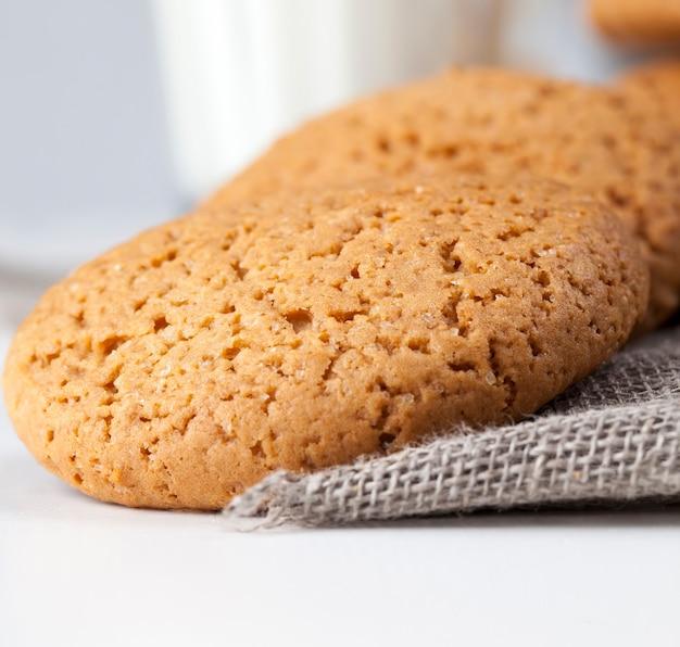 Не сладкое, а сухое и хрустящее печенье с добавлением сахара, твердое печенье, запеченное с овсянкой и пшеничной мукой.
