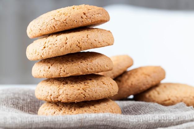 Не сладкое, а сухое и хрустящее печенье с добавлением сахара